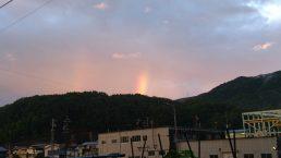 東の空に2本の虹